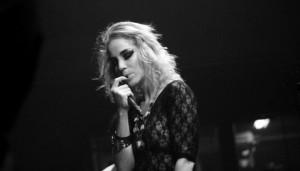 """Live: """"Eu Sou Um Mostro"""" por Karina Buhr"""