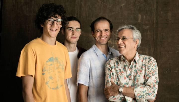 Notícias: Caetano, Moreno, Zeca e Tom Veloso lançam singles de álbum ao vivo
